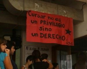 """Un cartel en la Facultad de Psicología en pleno año 2010 que reza todo lo contrario de lo que en este artículo se expone: """"Cursar no es un PRIVILEGIO sino un DERECHO""""."""